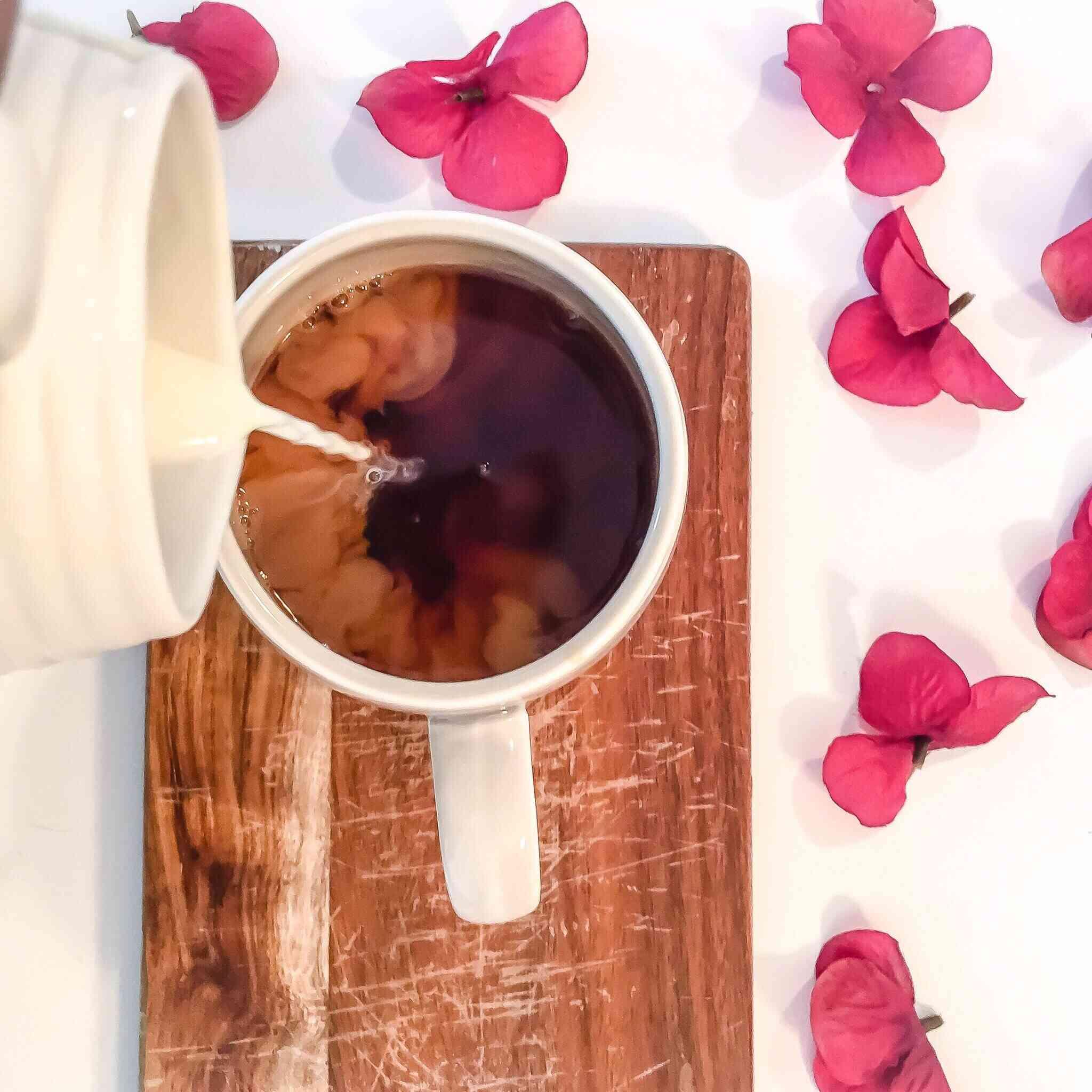 Agregando leche al té o cafe
