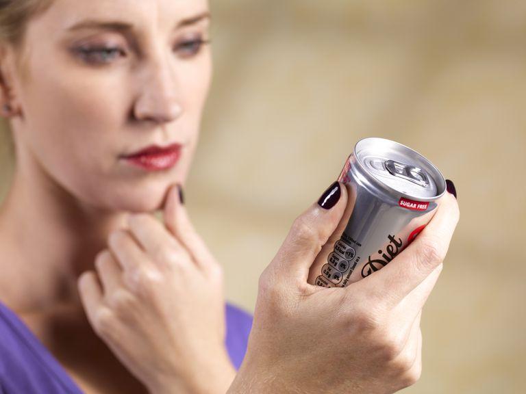 Mujer averiguando por qué no adelgaza