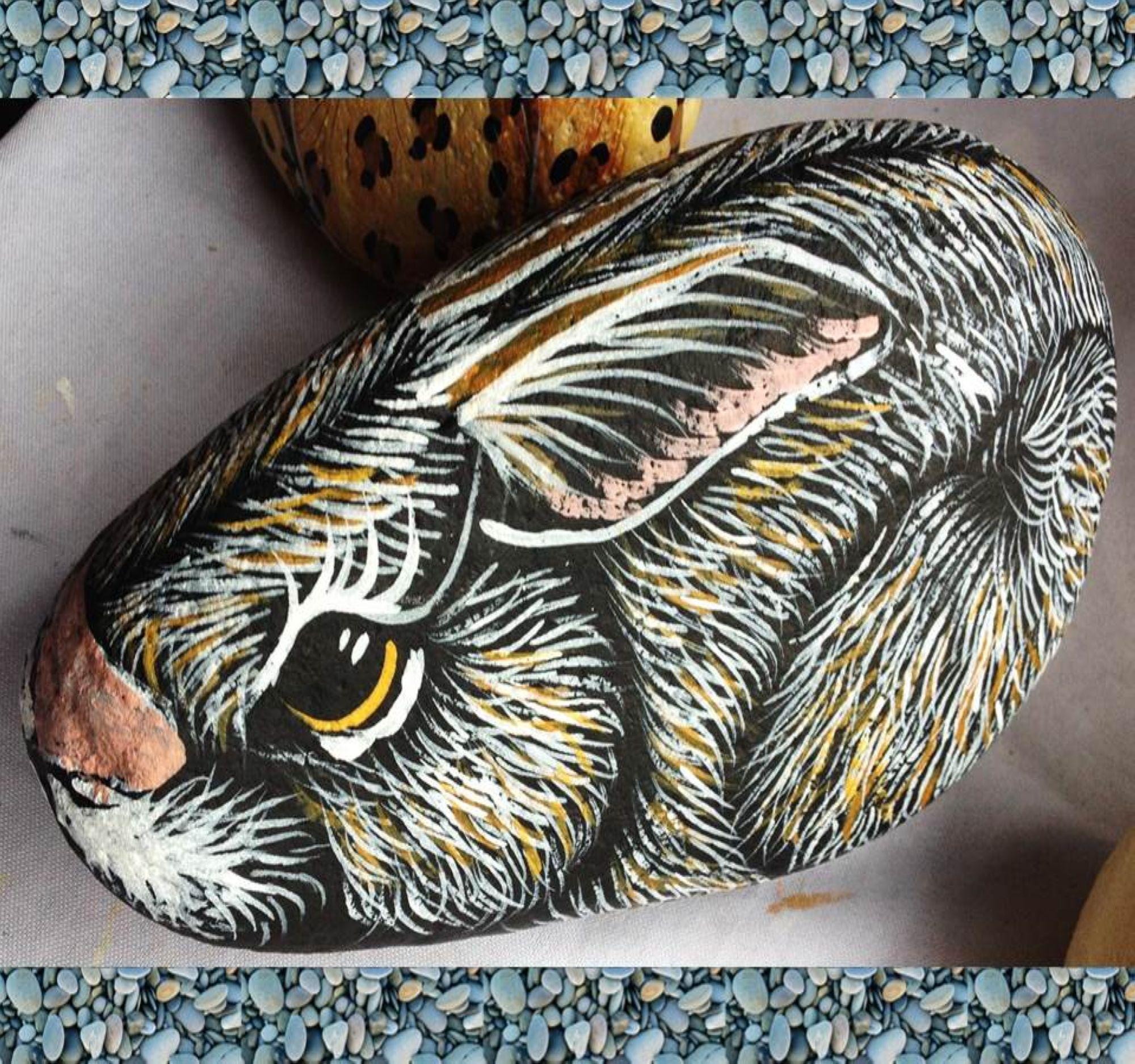 conejo pintado en piedra