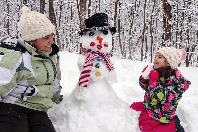 Familia con muñeco de nieve