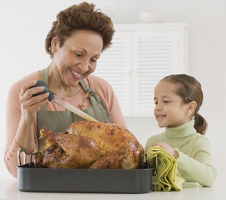 Abuela y nieta celebrando el día de acción de gracias