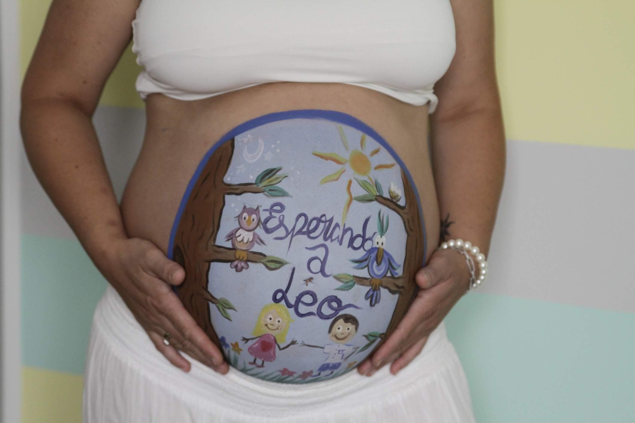 Mujer embarazada mostrando su vientre pintado