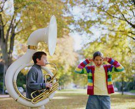 Niño jugando tuba