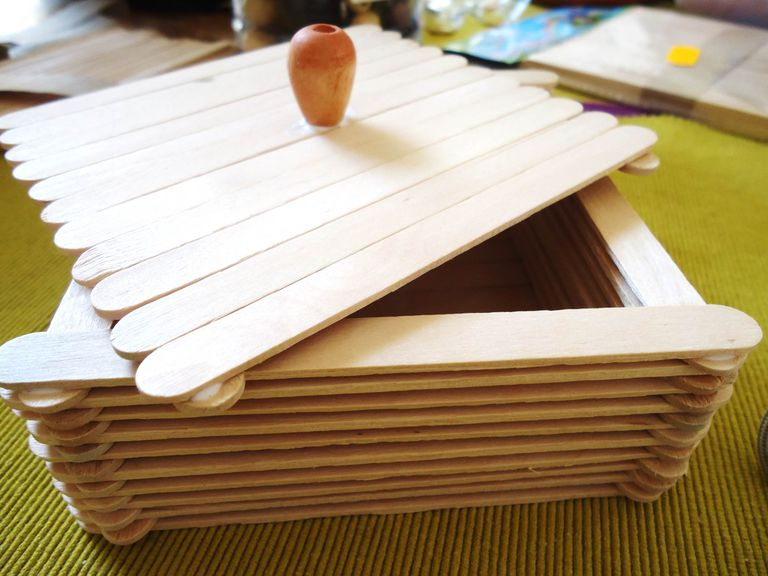 Cajita con palitos de madera.
