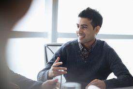 Hombre hablando en reunión