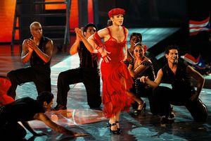 Jennifer Lopez actúa con otras bailarinas