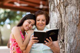Abuela y nieta leyendo la Biblia