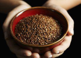 Manos sosteniendo un tazón de semilla de lino