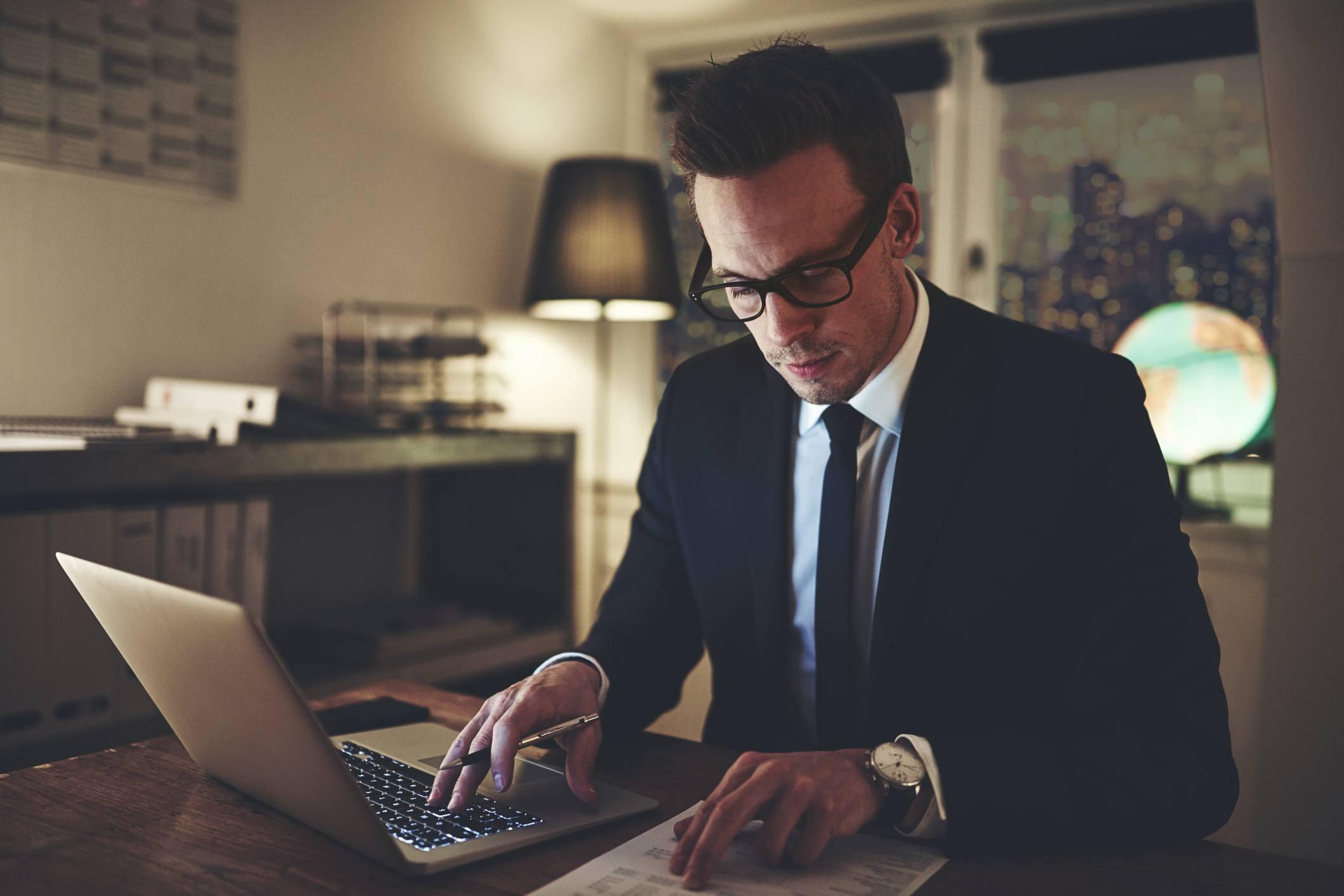 Hombre trabajando en documentos