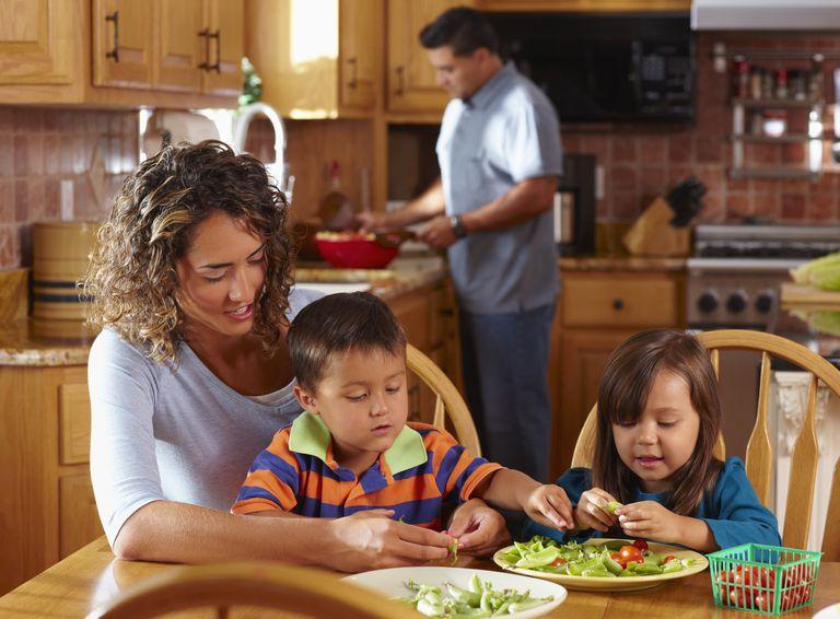 Hombre cocinando y mujer dando de comer
