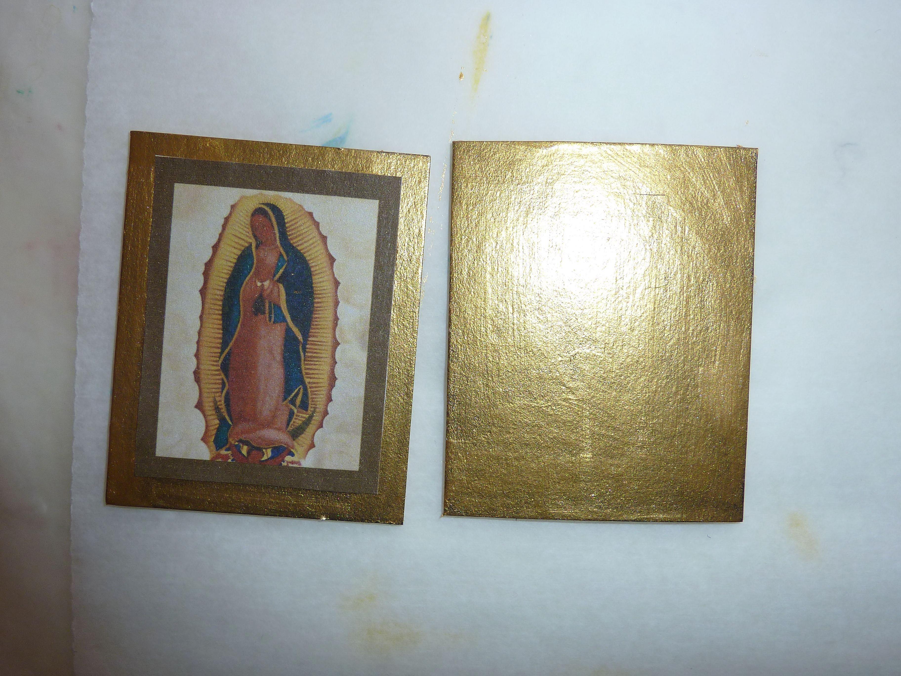 las imágenes está pegada sobre la pintura