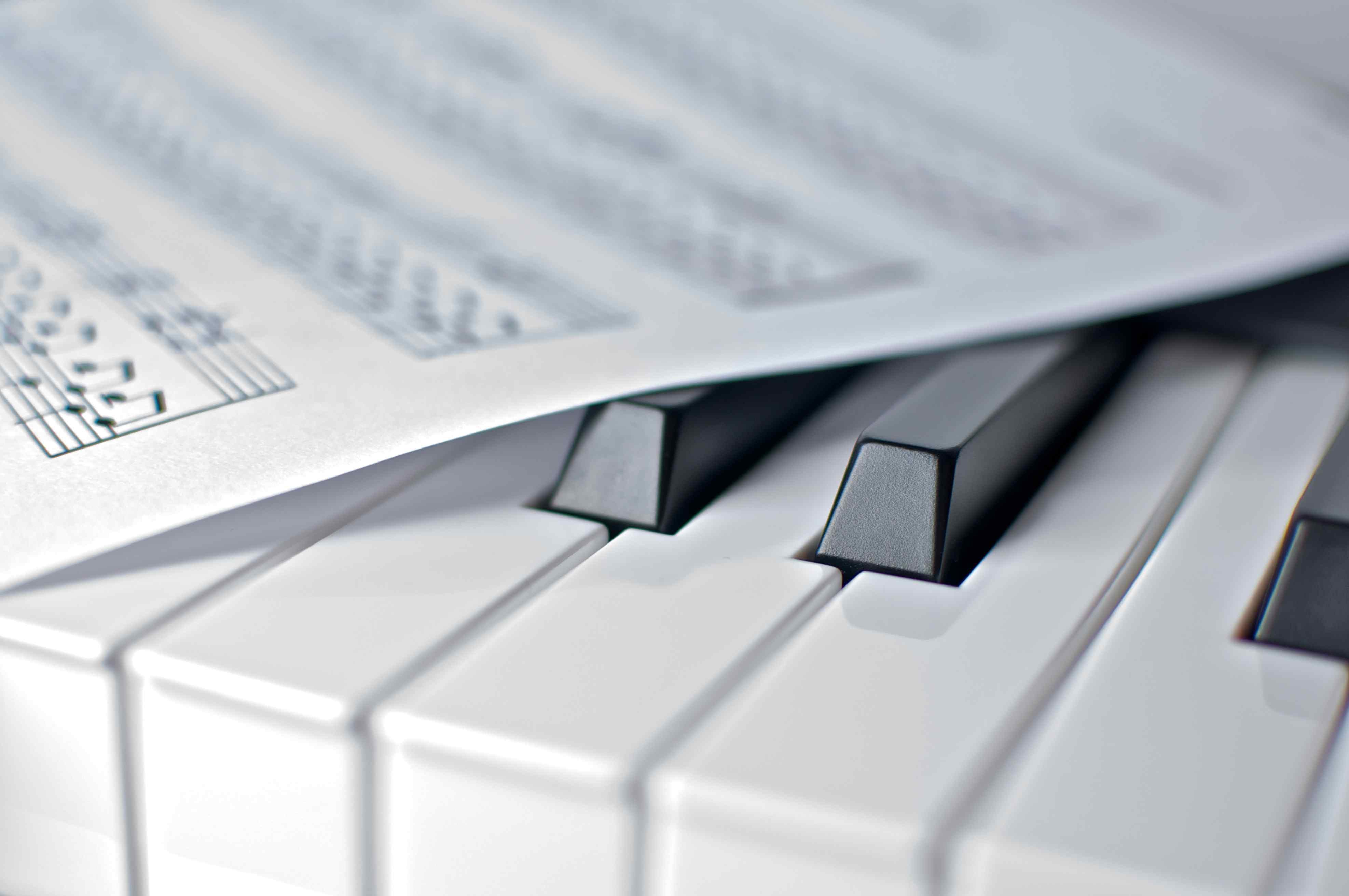 Piano y notas musicales