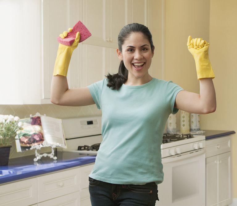 Mujer latina al acabar la limpieza de su hogar
