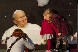 Niñas posando con la imagen de Juan Pablo II