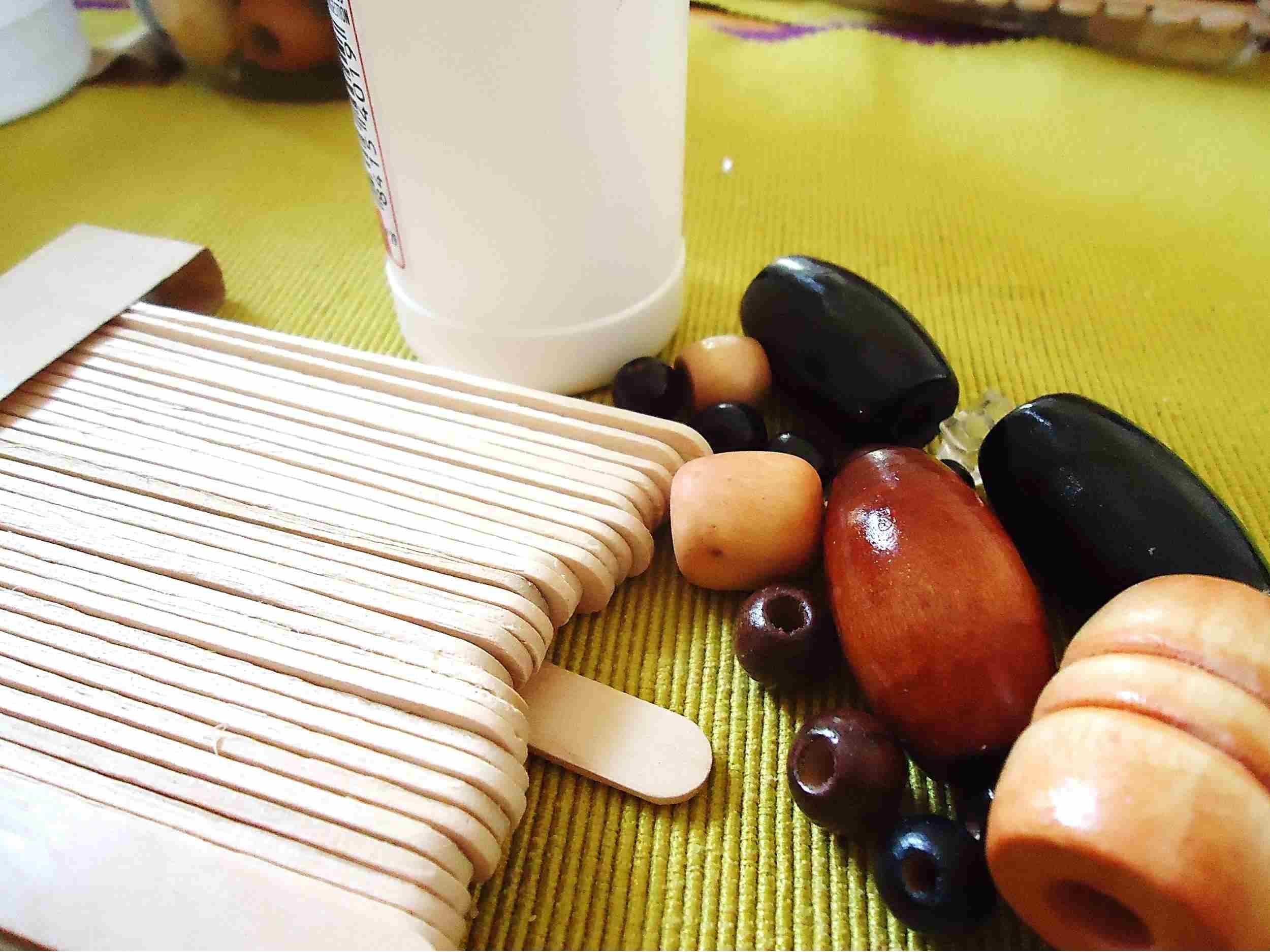 palitos de madera y cuentas materiales