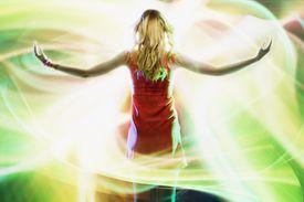 Mujer de espaldas rodeada de su aura