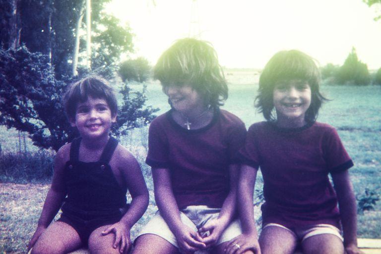 Foto antigua de hermano y dos hermanas
