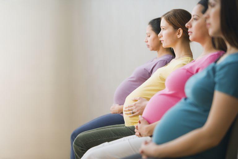 Mujeres embarazadas en la sala de espera