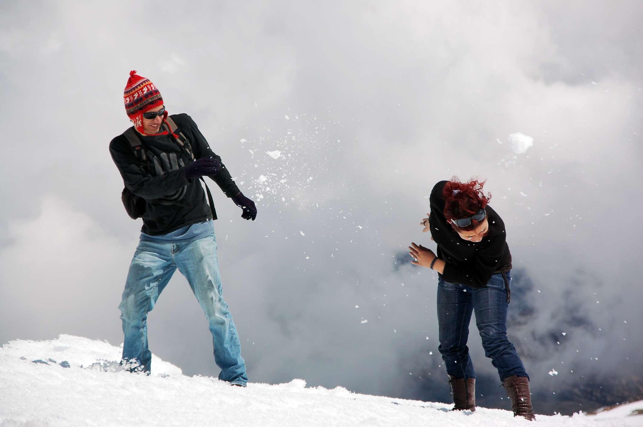 Pareja divirtiéndose en la nieve