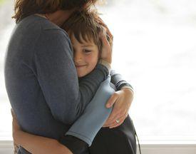 Madre e hijo abrazándose