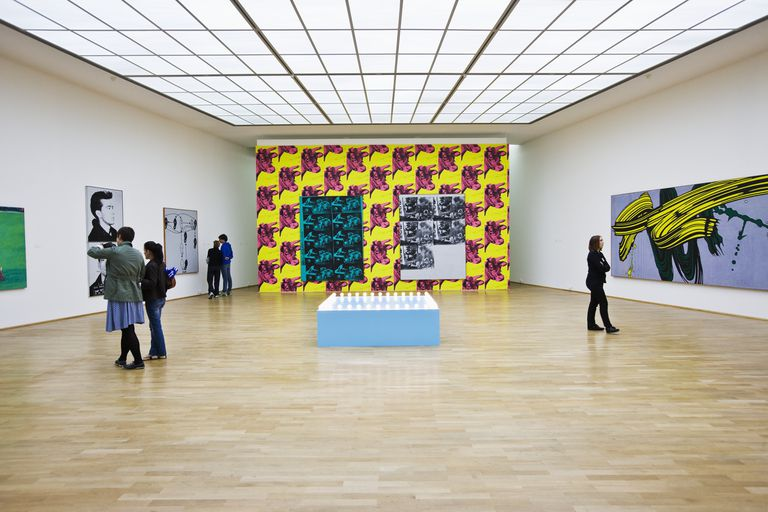 Museum für Moderne Kunst (Museum of Modern Art), a room with in the foreground: Sturtevant, Gonzalez-Torres Untitled (Go-Go Dancing Platform) (1995), in the background: Andy Warhol, Cow Wallpaper (1966), on the left Roy Lichtenstein, Yellow and Green