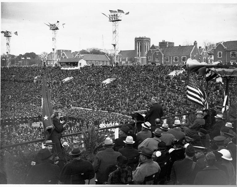 Roosevelt se dirige a una multitud