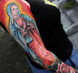Tatuaje de brazo completo de La Virgen