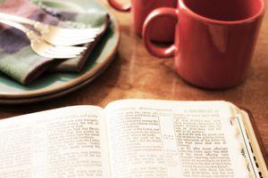 Biblia y plato vacio