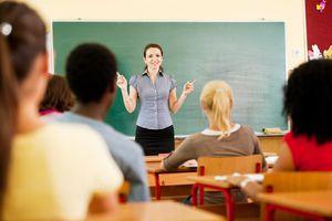 Estudiantes y profesor en el salon