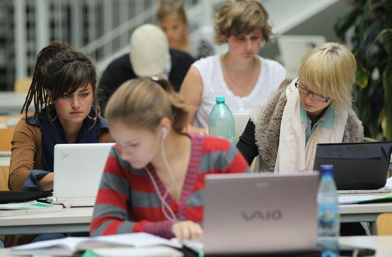 Estudiantes con portátiles
