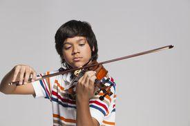 Muchacho tocando el violín
