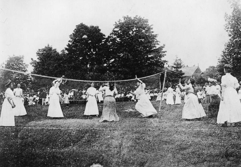 Señoras jugando un juego de voleibol