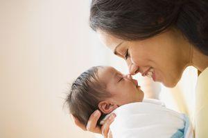 Madre con bebé recién nacido