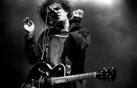 Robert Smith de The Cure se presenta en el escenario en el Festival de Glastonbury, Reino Unido, 1995