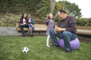 Nieta jugando con su abuelo