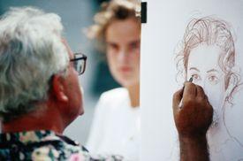 Un artista dibujando un retrato