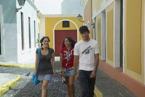 Amigos están caminando en el Viejo San Juan