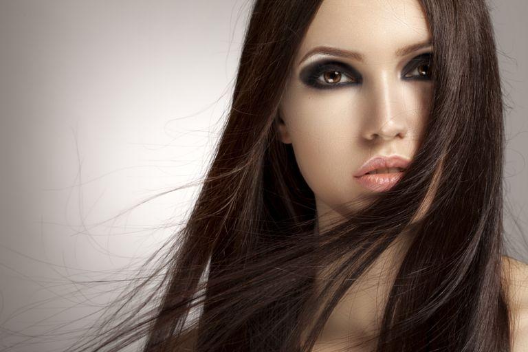 Melena lisa y ojos maquillados en negro