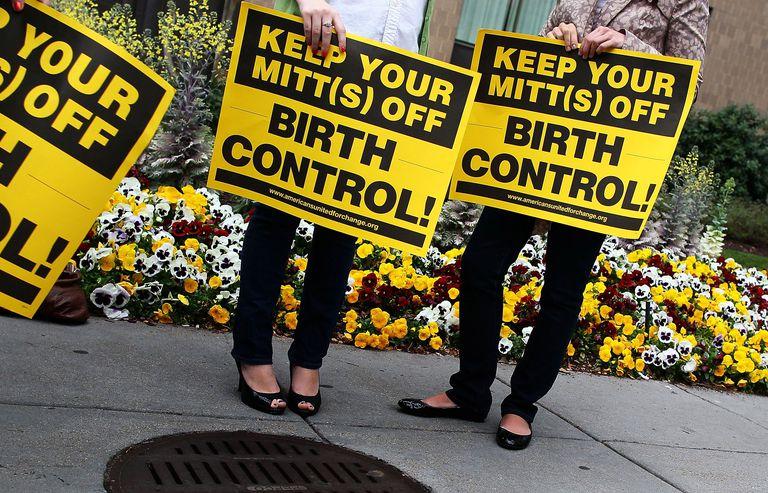 Un grupo de mujeres protestas por las políticas antiabortistas de Mitt Romney.