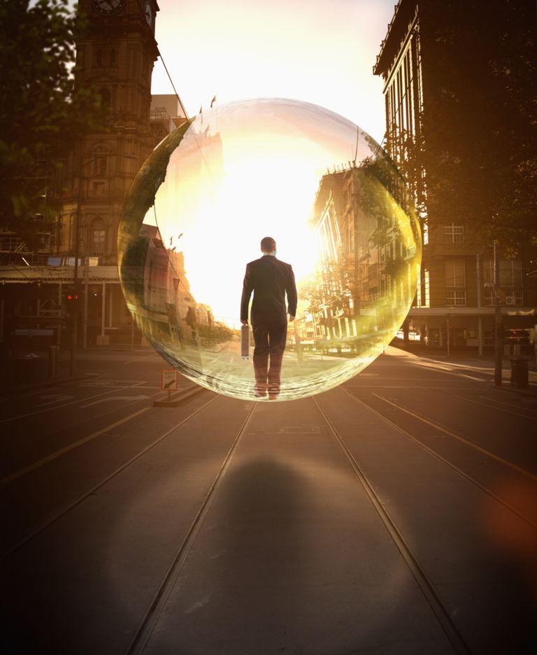 Hombre protegido con burbuja de luz