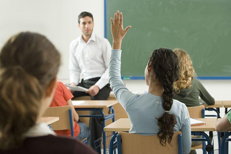 Estudiante levantando su mano en un salón de clases
