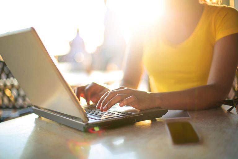 Chica que trabaja con su laptop