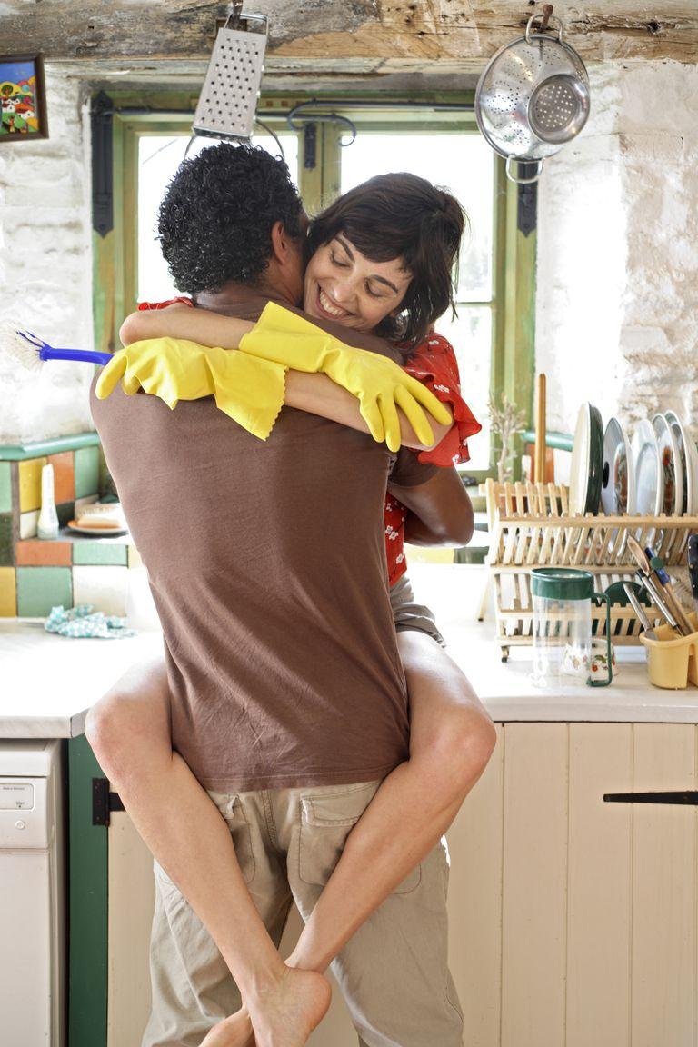 pareja abrazada en la cocina