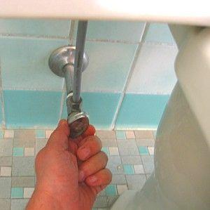 Cortar el paso de agua al inodoro