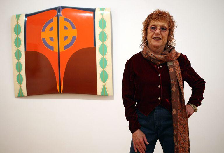 Judy Chicago frente a su obra 'Car Hood', en una exposición de Berlín.