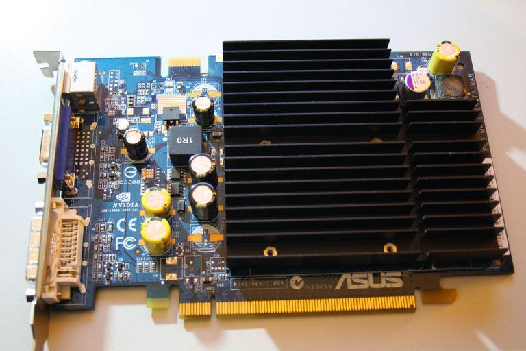 ASUS GeForce 7650 GS, equipado con un VOLTMOD.