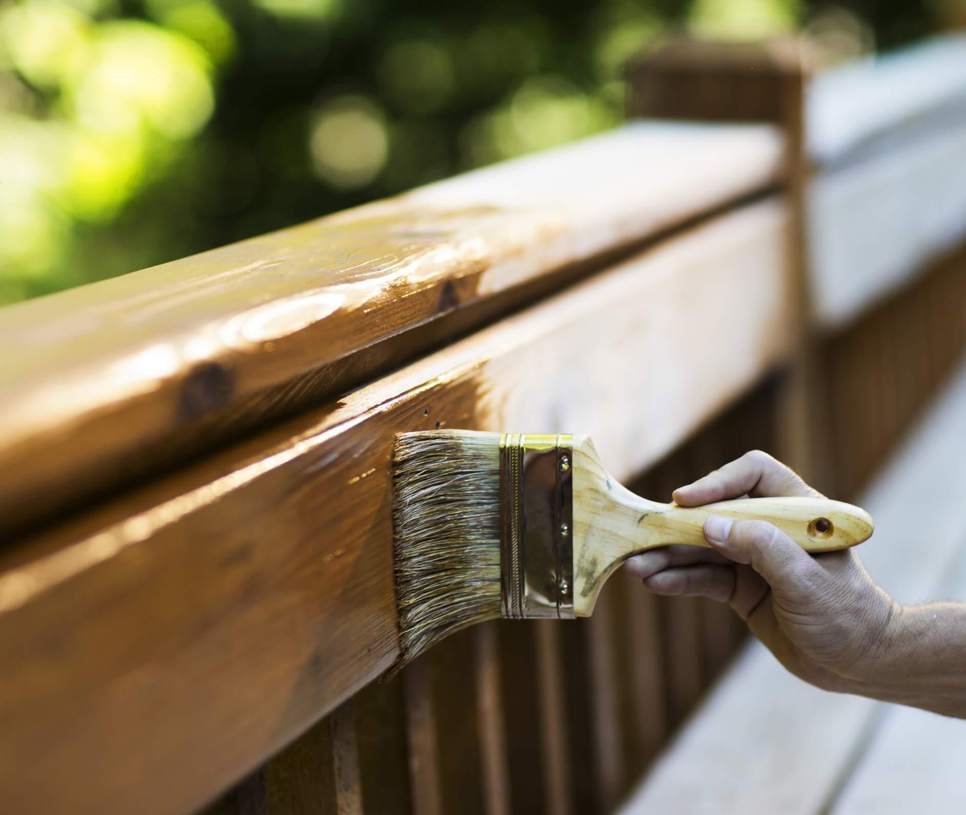 Aplicación de barniz a mueble de madera