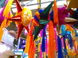 Piñata en mercado mexicano