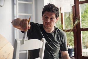 Hombre pintando una silla