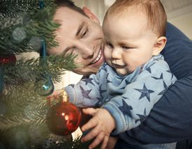 Padre e hijo disfrutando Navidad